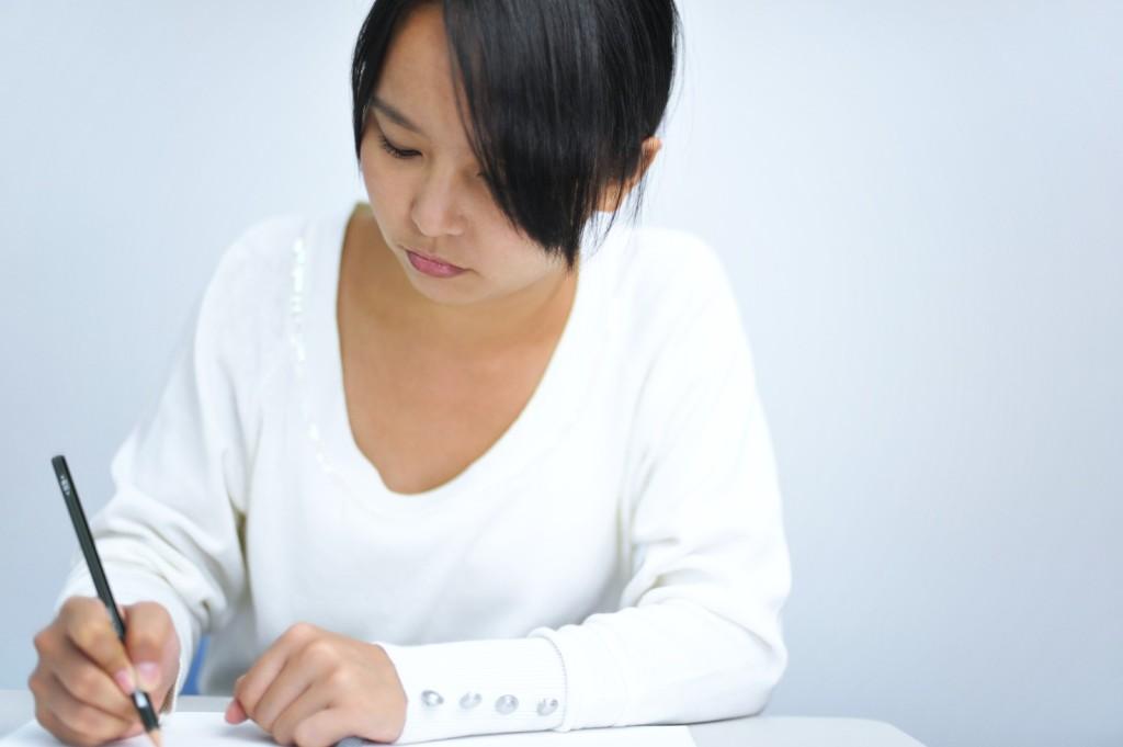 記事を書いている女性